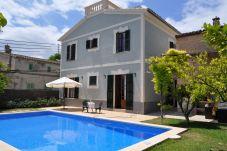 Ferienhaus mit Pool in Llubi